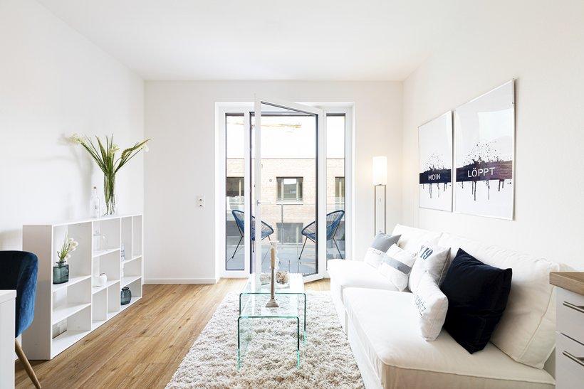 Wohnzimmer mit Sofa und Fensterfront