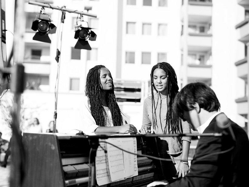 zwei singende Frauen