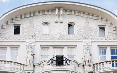 Vorschaubild für den Artikel 'Die Frau, die hinter die Fassade schaut'