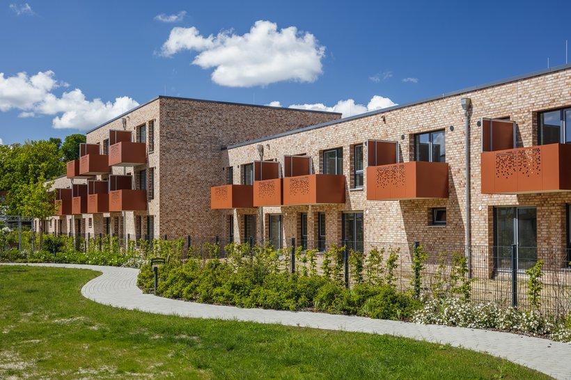 Lesum Park Häuser mit Balkon und weg davor