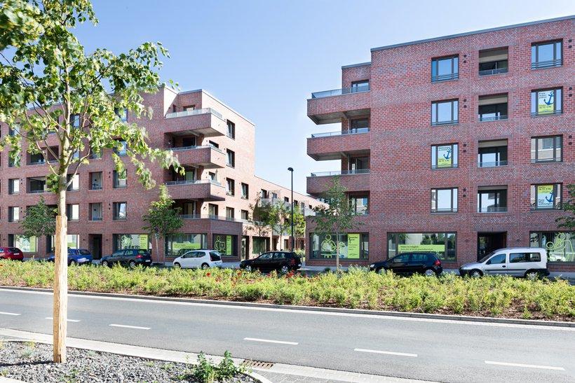 Backsteinhäuser mit Balkonen