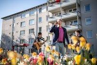 """Vorschaubild für die Download-Datei Quizzen und Rocken für die Mieter zuhause: Norman Böttger, """"Kopf"""" der Comedy-Truppe Instant Impro und Mathias Hilbig vom Bremer Schnürschuhtheater"""