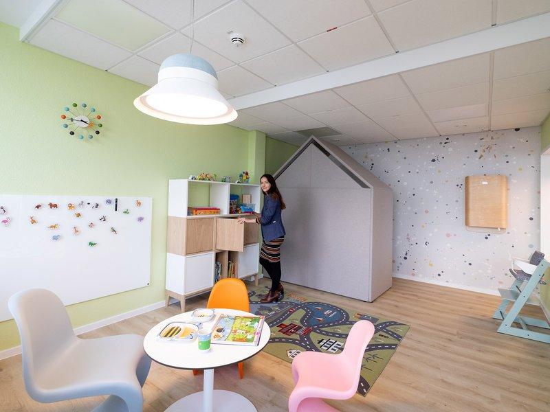 Olga Wertz zeigt den neuen Spielbereich des Eltern-Kind-Büros