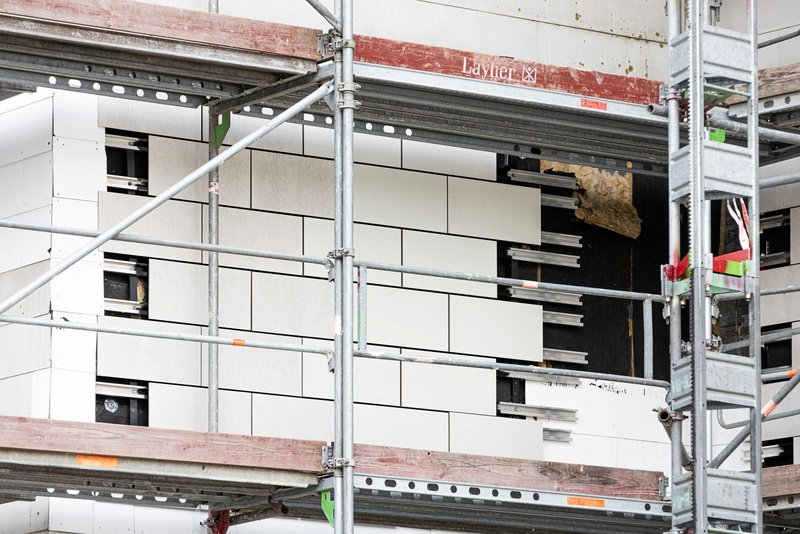 Freigelegte Fassadenplatten an der Fassadenrückseite