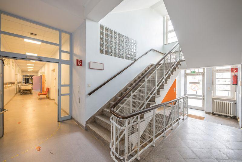 Flur und Treppenhaus in der ehemaligen Prof-Hess-Kinderklinik