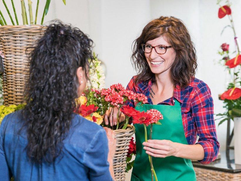 Floristin berät eine Kundin