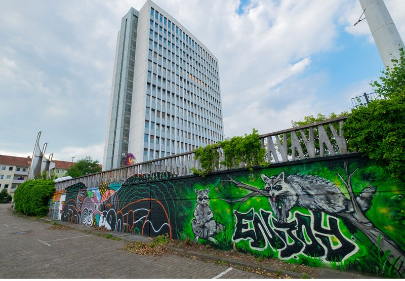 Creative Hub und im Vordergrund ein Graffiti