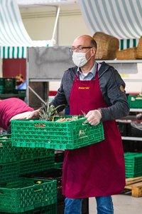 Vorschaubild für die Download-Datei GEWOBA Mitarbeiter Martin Frederking beliefert die Obst und Gemüse Ausgabe