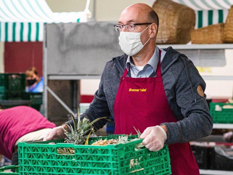 GEWOBA Mitarbeiter Martin Frederking beliefert die Obst und Gemüse Ausgabe