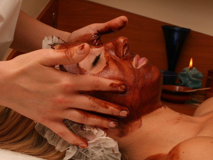 Eine Frau mit einer Maske im Gesicht