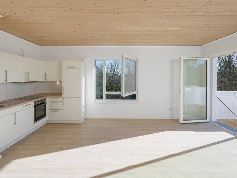 helle weiße Küche mit Fenstern