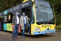 Vorschaubild für die Download-Datei Flankiert von Robert Haase und Jörn Straka: Der neue Star der Busflotte in Bremerhaven
