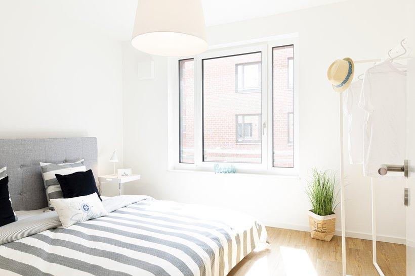 Schlafzimmer mit Bett und Blick auf dem Fester