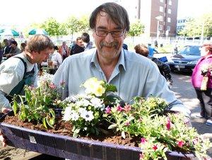 Mann mit bepflanzten Blumenkübel