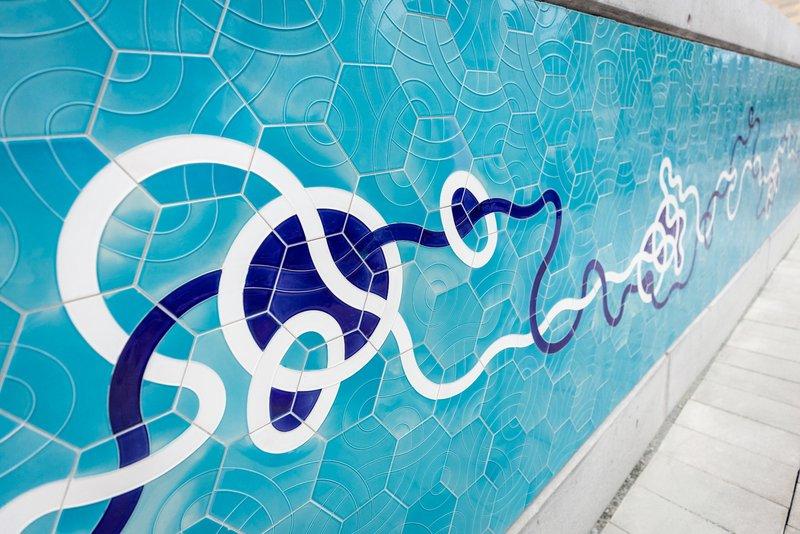 Kunstwerk in blau an einer Wand