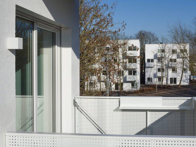 weiße Mehrfamilienhäuser