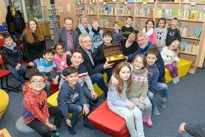 Stiftung Jubiläum, Kinder sitzen auf Bänke