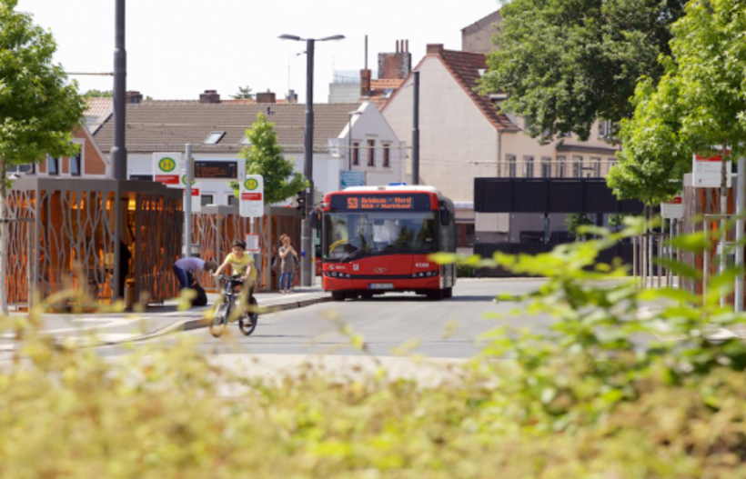 roter Bus in Huckelriede