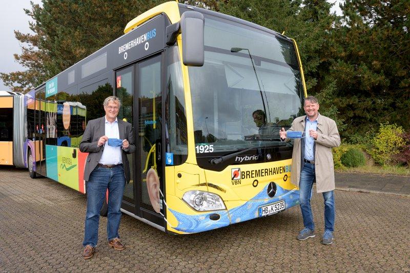 Bremerhaven Bus und zwei Menschen