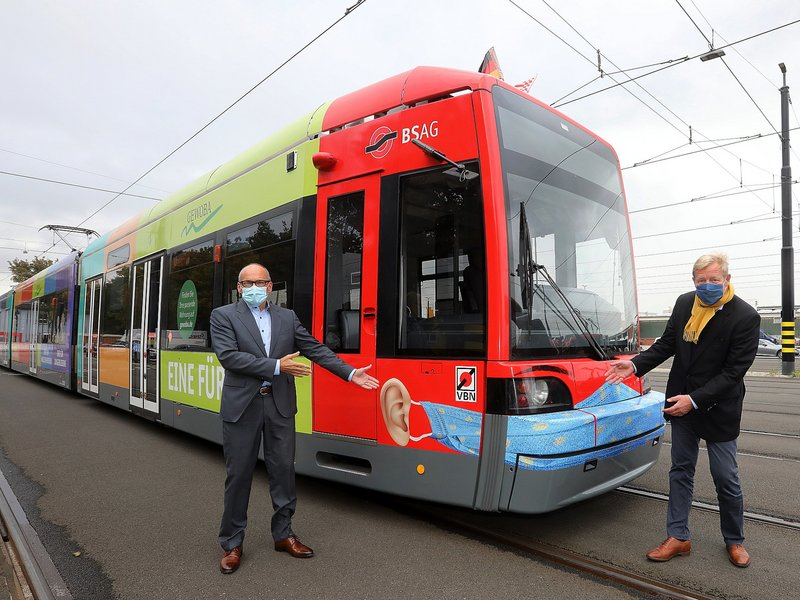 Straßenbahn mit einer Mund-Nasen-Bedeckung