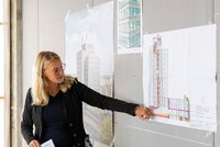 Vorschaubild für die Download-Datei Projektleiterin Carmen Kulmann erläutert die moderne Lüftungsanlage im GEWOBA Bürohaus