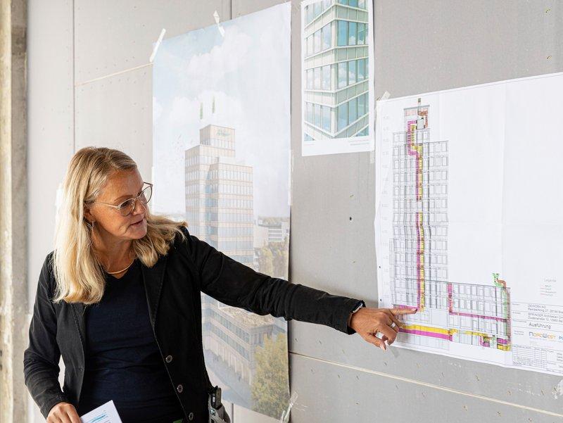 Projektleiterin Carmen Kulmann erläutert die moderne Lüftungsanlage im GEWOBA Bürohaus